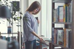 Donna attraente con i libri Immagine Stock Libera da Diritti