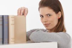 Donna attraente con i libri Fotografia Stock