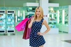 Donna attraente con i sacchetti di acquisto Fotografia Stock Libera da Diritti