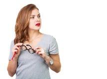Donna attraente con i vetri di lettura fotografie stock libere da diritti