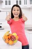 Donna attraente con il canestro dei frutti Immagini Stock