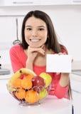 Donna attraente con il canestro dei frutti immagine stock libera da diritti