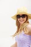 Donna attraente con il cappello e gli occhiali da sole Fotografia Stock