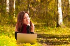 Donna attraente con il computer portatile Fotografia Stock