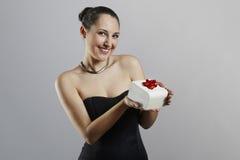 Donna attraente con il contenitore di regalo Fotografia Stock