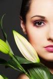 Donna attraente con il fiore verde Immagini Stock