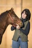 Donna attraente con il Foal sveglio del cavallo quarto Immagini Stock
