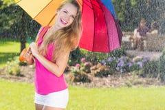 Donna attraente con l'ombrello variopinto immagine stock libera da diritti