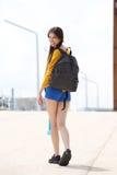 Donna attraente con la borsa che guarda indietro Fotografia Stock