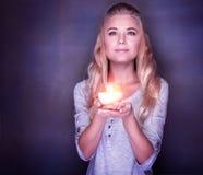 Donna attraente con la candela fotografie stock libere da diritti