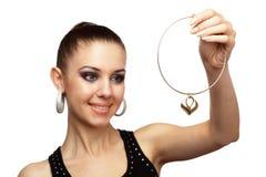 Donna attraente con la collana dorata in sua mano Fotografie Stock