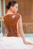 Donna attraente con la maschera della parte posteriore del cioccolato al centro della stazione termale Immagine Stock Libera da Diritti