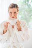 Donna attraente con la tazza di caffè alla stazione termale di salute Immagini Stock Libere da Diritti