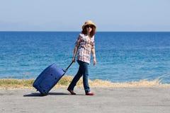 Donna attraente con la valigia immagine stock