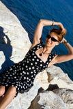 Donna attraente con le braccia outstretched all'aperto Fotografie Stock Libere da Diritti
