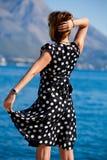 Donna attraente con le braccia outstretched all'aperto Fotografie Stock