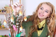 Donna attraente con le uova di Pasqua e il purulento-salice immagine stock