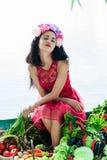 Donna attraente con le verdure godute di Immagini Stock