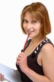 Donna attraente con una matita e un taccuino nella h Immagini Stock