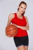 Donna attraente con una pallacanestro immagine stock libera da diritti
