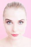 Donna attraente degli occhi azzurri isolata su fondo rosa fotografie stock libere da diritti