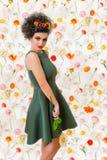 Donna attraente dei capelli di Brown in un vestito verde con il daisi variopinto Fotografia Stock Libera da Diritti