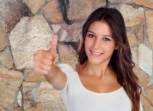 Donna attraente del brunette che dice bene Immagini Stock