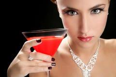 Donna attraente del cocktail con il vetro di colore rosso del martini Fotografie Stock