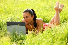 donna attraente dell'erba Fotografia Stock Libera da Diritti
