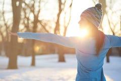 Donna attraente della corsa mista che fa yoga in natura all'orario invernale Fotografia Stock Libera da Diritti
