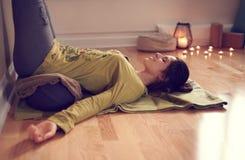 Donna attraente della corsa mista che fa yoga ristoratrice Fotografia Stock