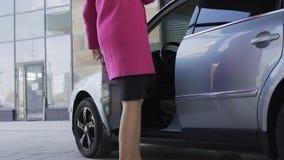 Donna attraente depressa che entra nell'automobile, disfacimento, tristezza video d archivio