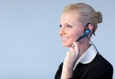 Donna attraente di affari che comunica su una parte capa Fotografie Stock Libere da Diritti