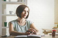 Donna attraente di affari che fa lavoro di ufficio Immagine Stock Libera da Diritti