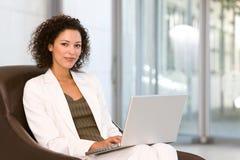 Donna attraente di affari che lavora al computer portatile Fotografia Stock