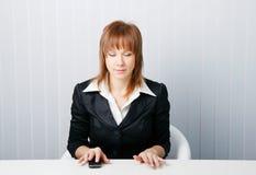 Donna attraente di affari che meditating Fotografie Stock