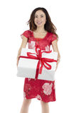 Donna attraente di giorno di biglietti di S. Valentino con un grande contenitore di regalo bianco Fotografie Stock Libere da Diritti