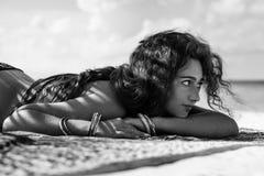 Donna attraente di hippy che prende sunbath sulla spiaggia su tropicale Immagine Stock Libera da Diritti