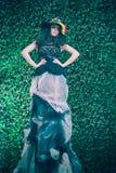 Donna attraente di modo sulla parete naturale delle foglie verdi Fotografia Stock Libera da Diritti