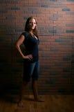 Donna attraente e sexy che si leva in piedi con l'atteggiamento Fotografie Stock Libere da Diritti