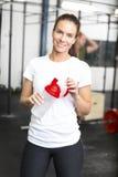 Donna attraente e sorridente alla palestra di forma fisica Fotografia Stock