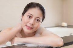 Donna attraente elegante che si siede in vasca fotografia stock libera da diritti