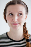 Donna attraente felice con sorrisetto Fotografia Stock Libera da Diritti