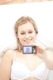 Donna attraente gli che cattura una maschera Fotografia Stock