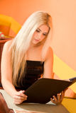 Donna attraente nel menu della holding del caffè Fotografie Stock Libere da Diritti