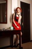 Donna attraente nel rosso fotografia stock