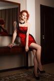 Donna attraente nel rosso immagini stock libere da diritti