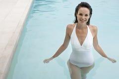 Donna attraente nella piscina immagini stock