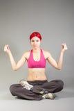 Donna attraente nella posa di yoga Immagine Stock Libera da Diritti
