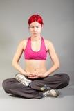 Donna attraente nella posa di yoga Fotografie Stock
